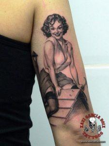 xavi garcia boix tattoo retrato realismo portrait realism tatuaje valencia pin ups girls chicas Maid Pin Up dog house caseta perro 50s