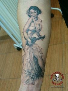 xavi garcia boix tattoo retrato realismo portrait realism tatuaje valencia pin ups girls chicas Maid Pin Up hawaii ukelele